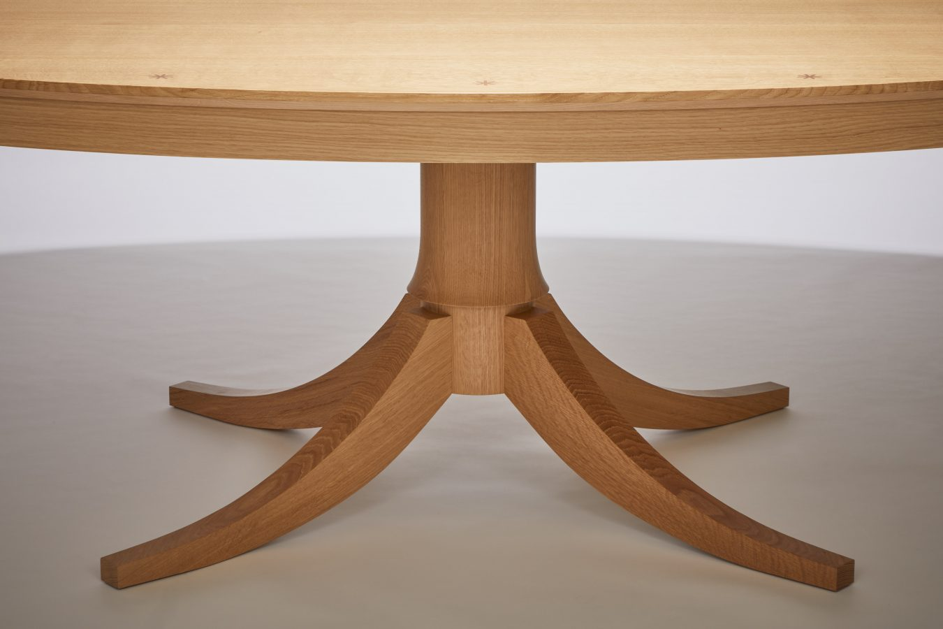 oval oak dining table detail 2