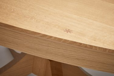 oval oak dining table detail 1
